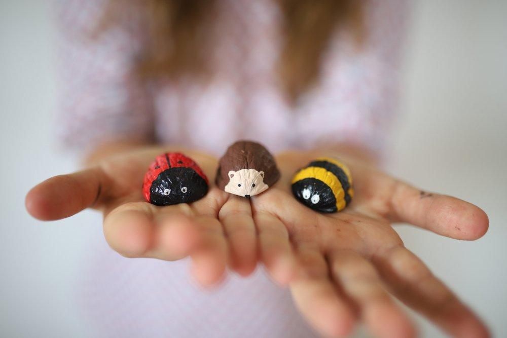 pro děti zvířátka ze skořápek ořechů